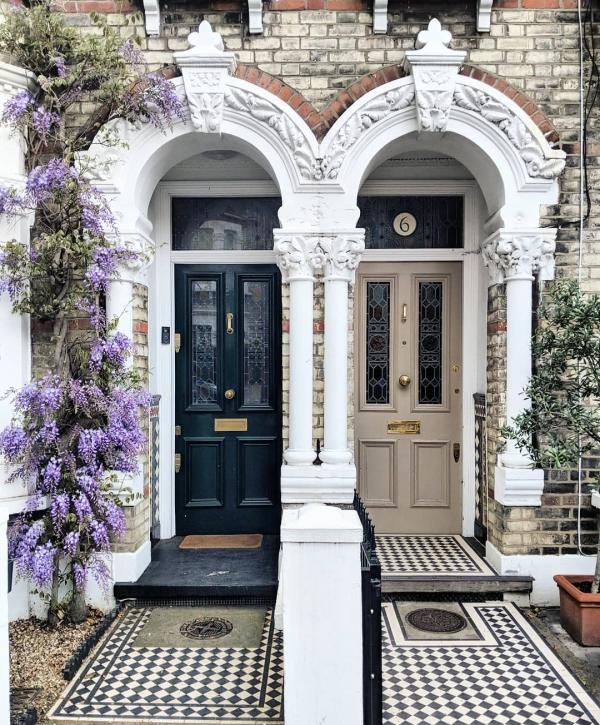 portes d'entrée semi-vitrées en bois noir et beige
