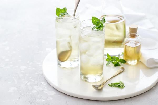 recette thé à la menthe servi avec des glaçons