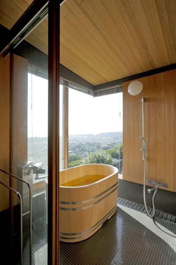 salle de bain japonaise avec fenêtre baignoire en bois