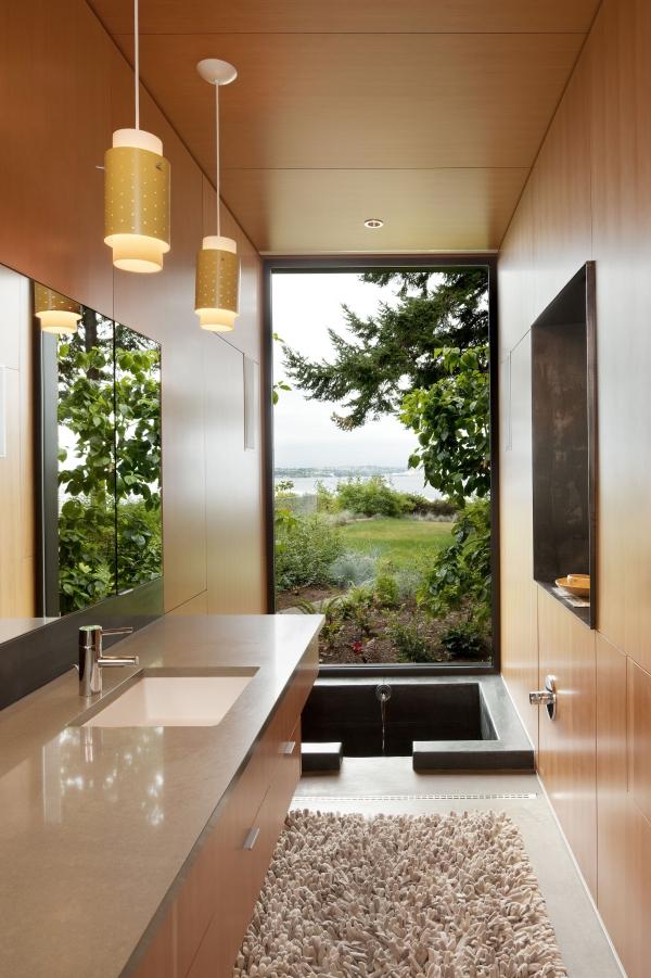 salle de bain japonaise avec fenêtre baignoire enterrée