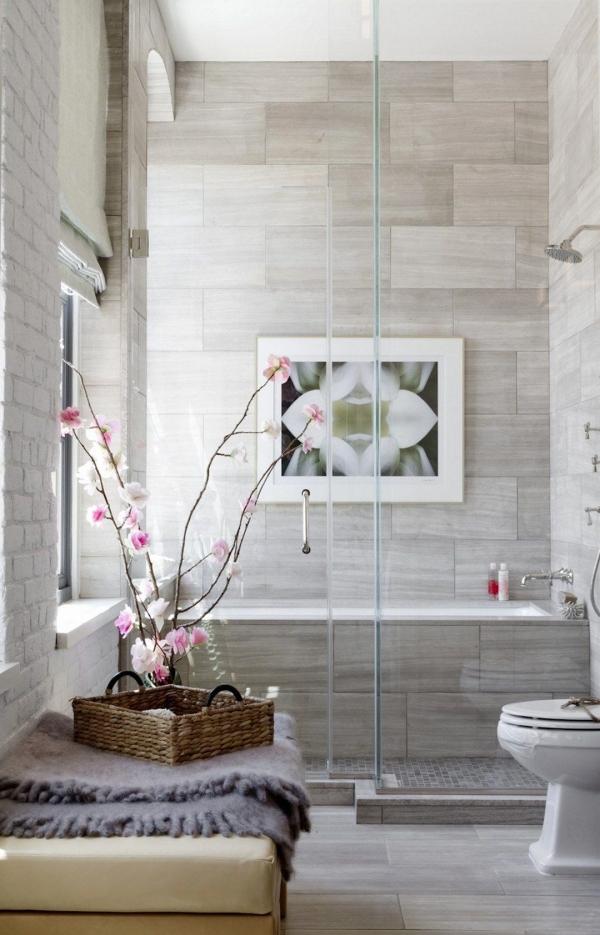 salle de bain japonaise avec fenêtre carrelage gris