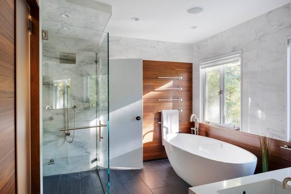 salle de bain japonaise baignoire à poser sol noir revêtement mural carrelage et bois
