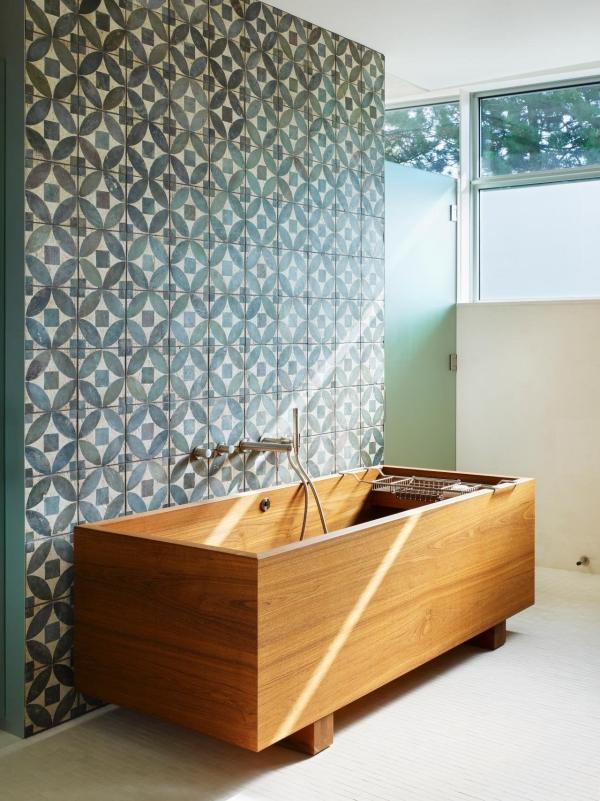 salle de bain japonaise baignoire de bois carrelage géométrique