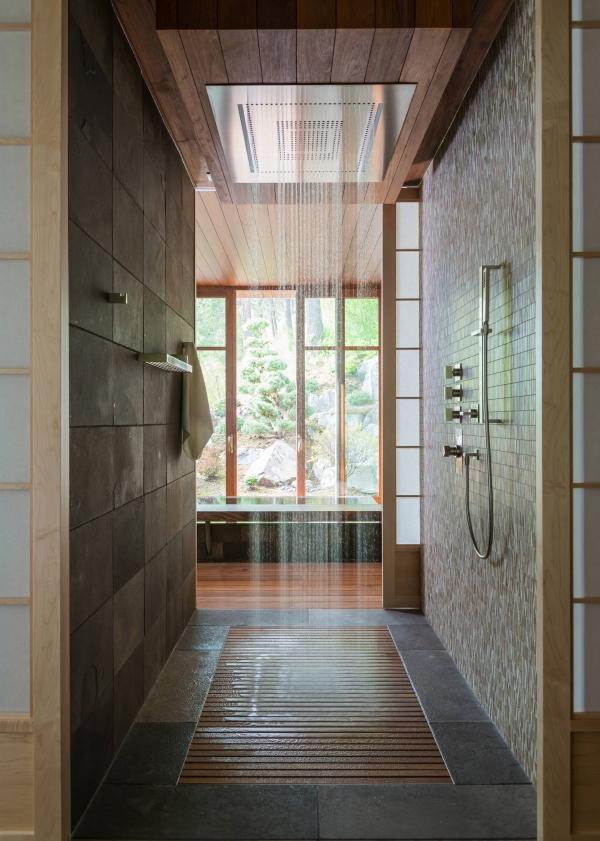 salle de bain japonaise carrelage et bois douche en cascade