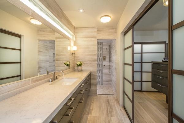 salle de bain japonaise comptoir long en marbre porte coulissante