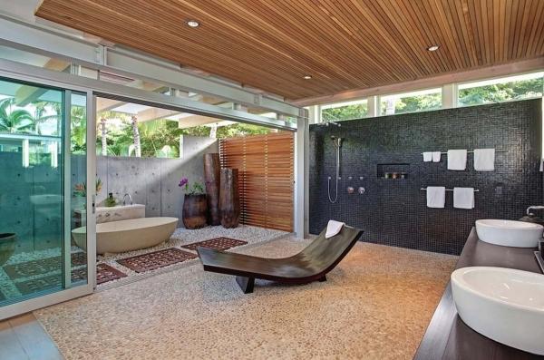 salle de bain japonaise plafond en bois carrelage noir