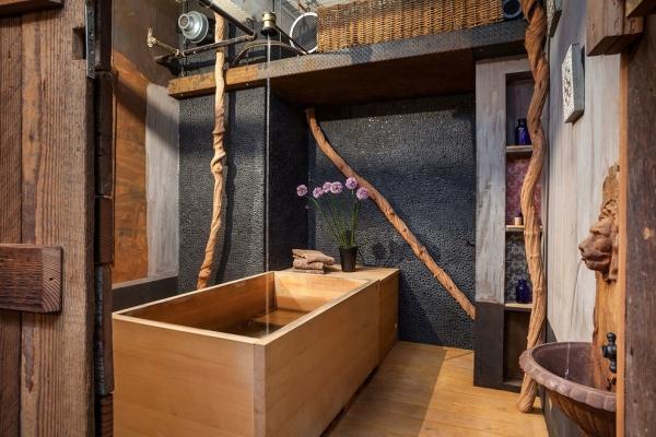 salle de bain japonaise revêtement de sol en bois baignoire en bois