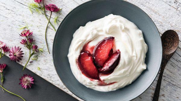 skyr yaourt dans un bol avec de la confiture
