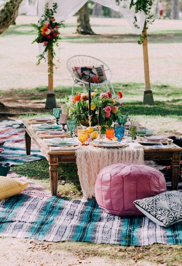 tapis, coussins et poufs au sol idée déco salon de jardin bohème