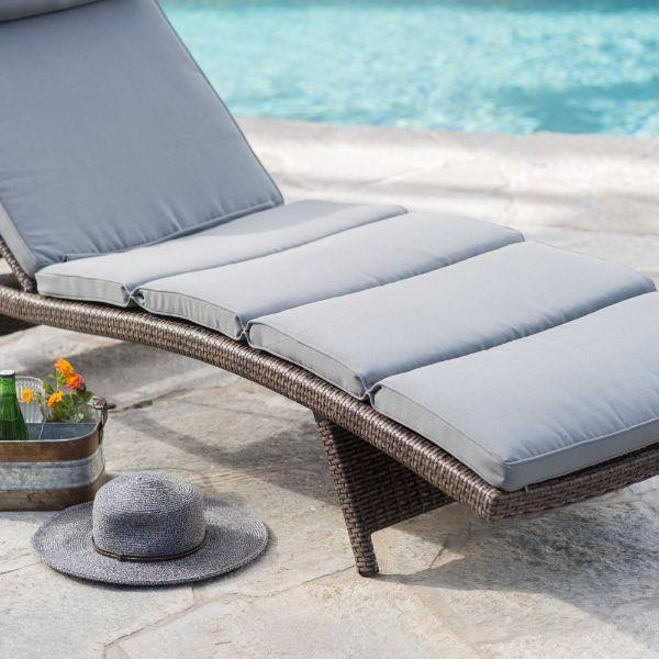 transat jardin au bord de la piscine modèle en résine tressée avec matelas