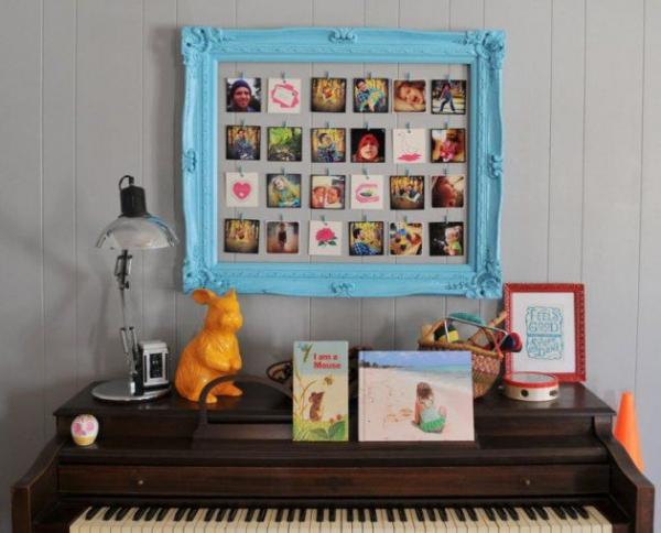 vieux cadre au-dessus du piano
