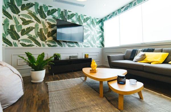 comment choisir les papier peint pour le salon, tapis aux rayures blanc et noir, table basse en bois clair