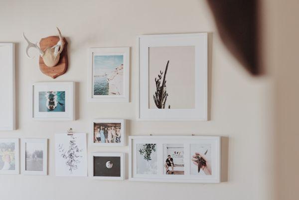 jolie décoration murale en photos, decoration murale en bois, mur en couleur taupe clair