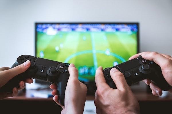 jouer au foot, jeu vidéo avec console, comment aménager une chambre gaming avec table