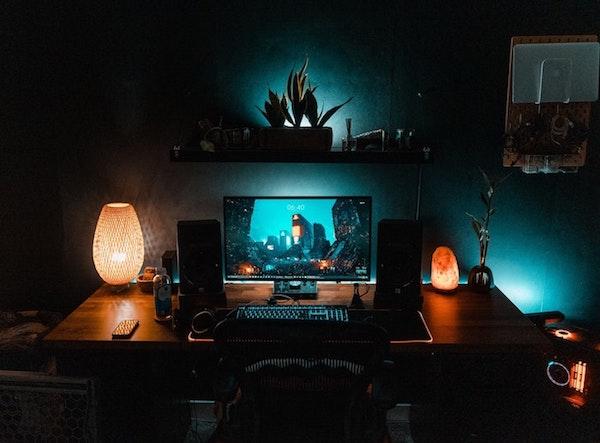 décorer une chambre gaming avec des cristal lumineux et lampe exotique, plusieurs plantes vertes déco