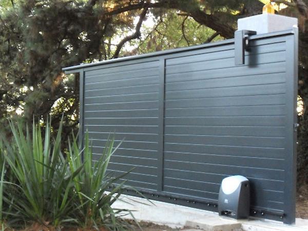comment choisir son portail, idée de portail aluminium plein pour plus d intimité et sécurité