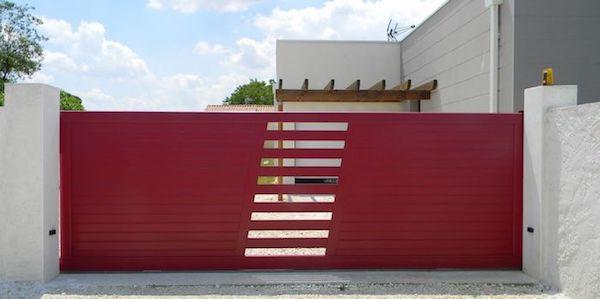 les démarches pour installer un portail dans sa maison, modele portail rouge avec petite ouverture au centre