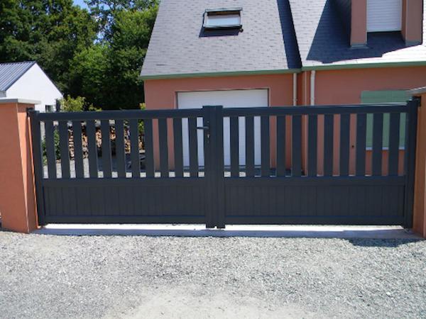 modèle de portail battant qui s ouvre sur l extérieur, idée portail aluminium simple