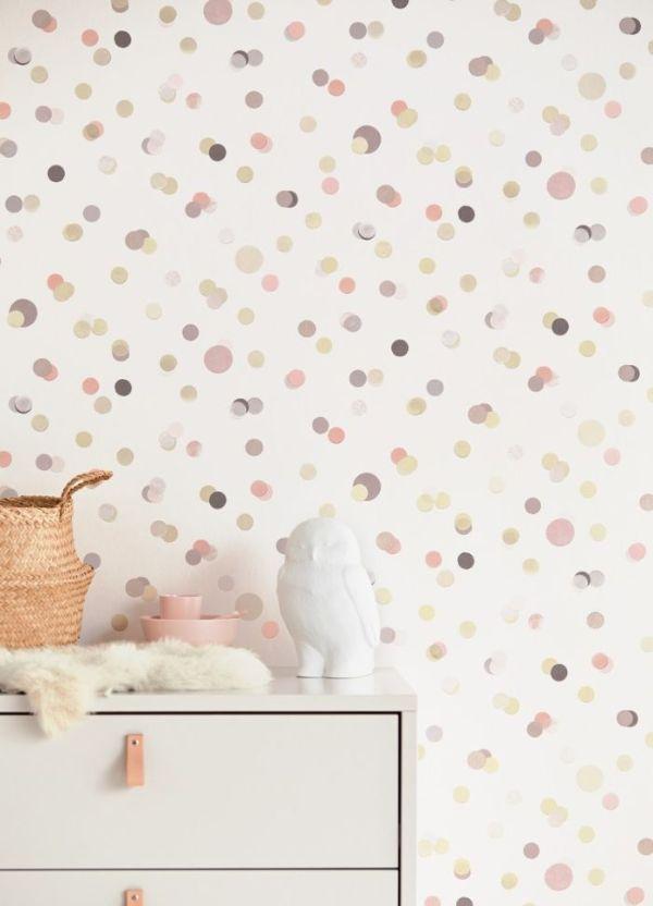 pois colorés en tons pastel sur fond blanc, exemple de papier peint chambre bébé original et doux
