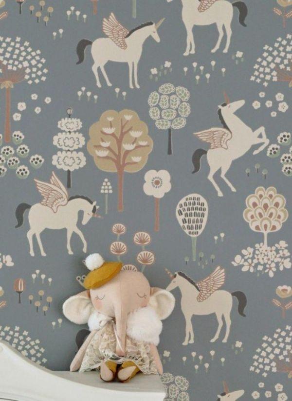 modele de papier peint licorne pour la chambre bébé fille sur fond gris avec des motifs végétaux