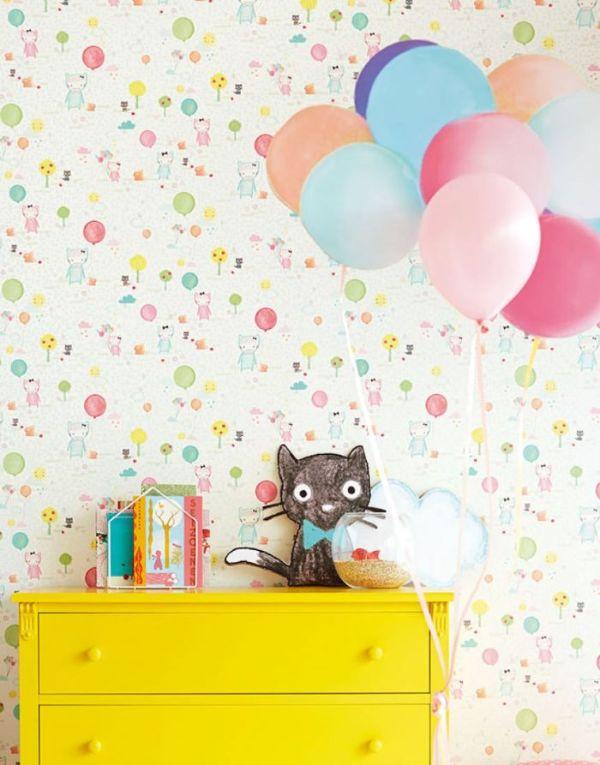 motif papier peint chat et ballons colorés sur fond blanc, idée papier peint chambre bébé doux