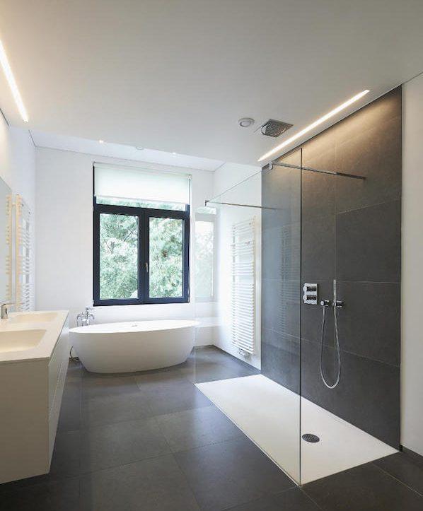 quelle longueur de réglette dans la salle de bain et où installer, réglette douche dans salle de bain gris et blanc
