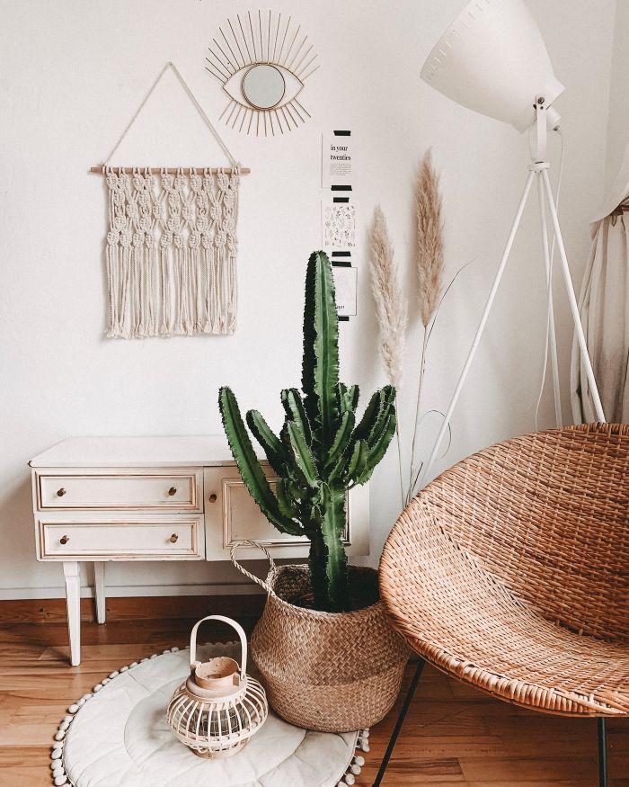 idee deco chambre boheme avec chaise en rotin, meuble bois recyclé et blanchi, interieur durable