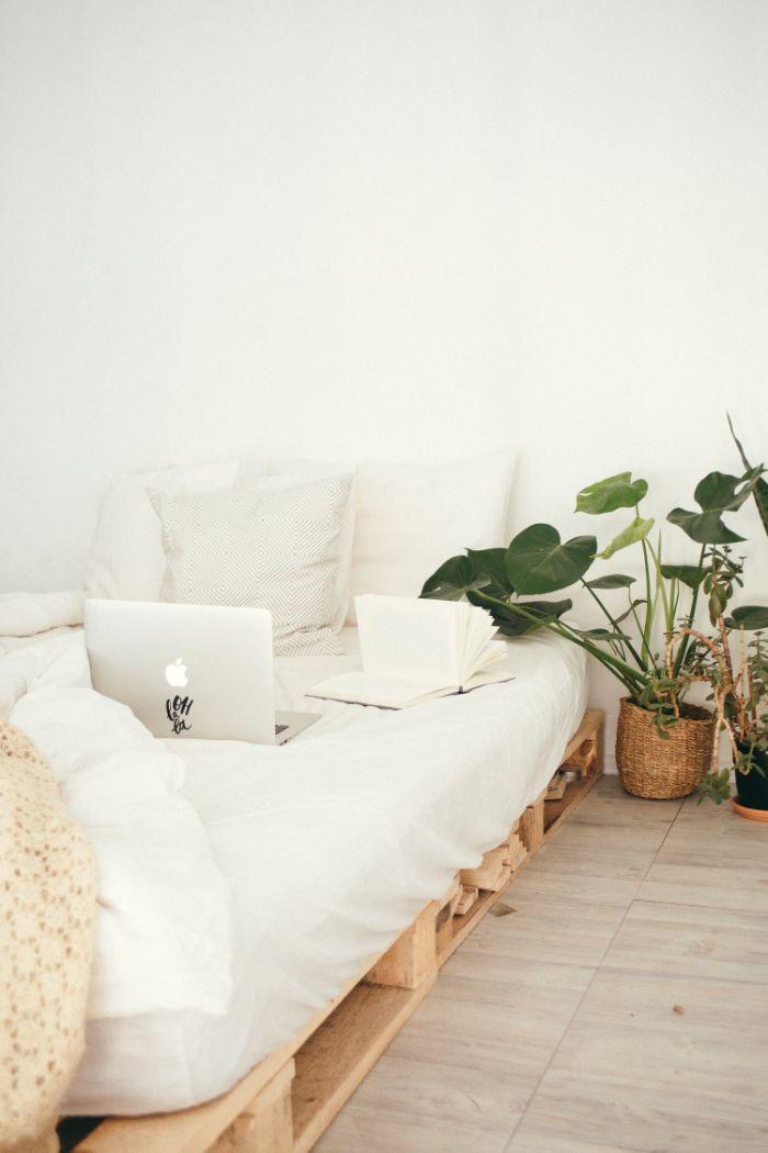 projet upcycling, que faire abec des palettes, lit en palette, meuble recyclé original dans chambre blanche