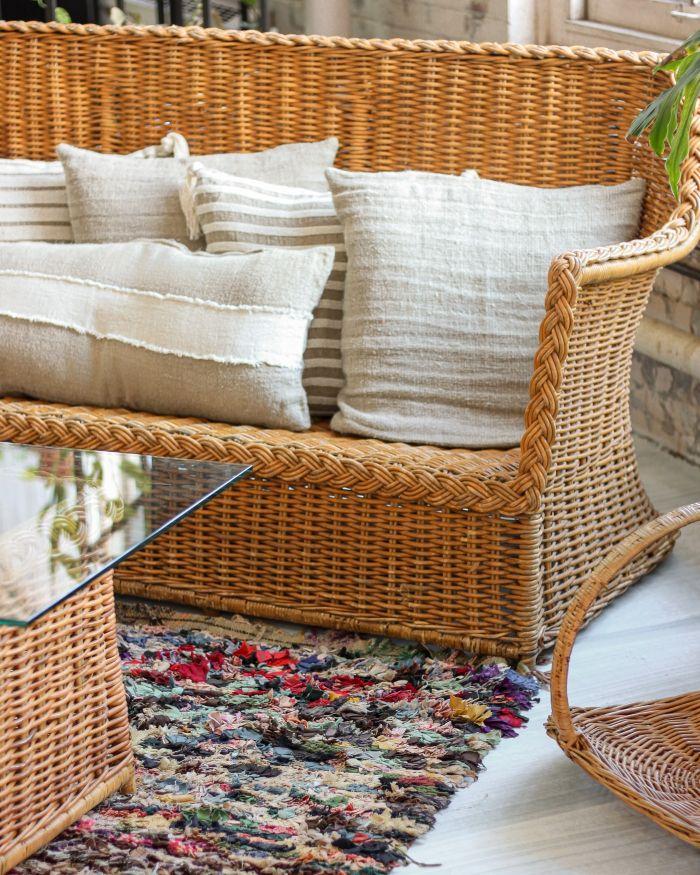 table et canapé en rotin, exemple aménagement extérieur en rotin, mobilier recyclé