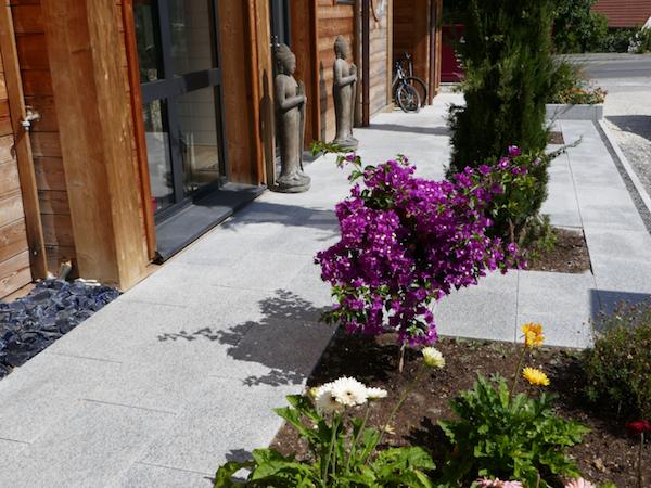 jardin en granit, statuette bouddha et des carrés fleuris, modele jardin devant maison originale