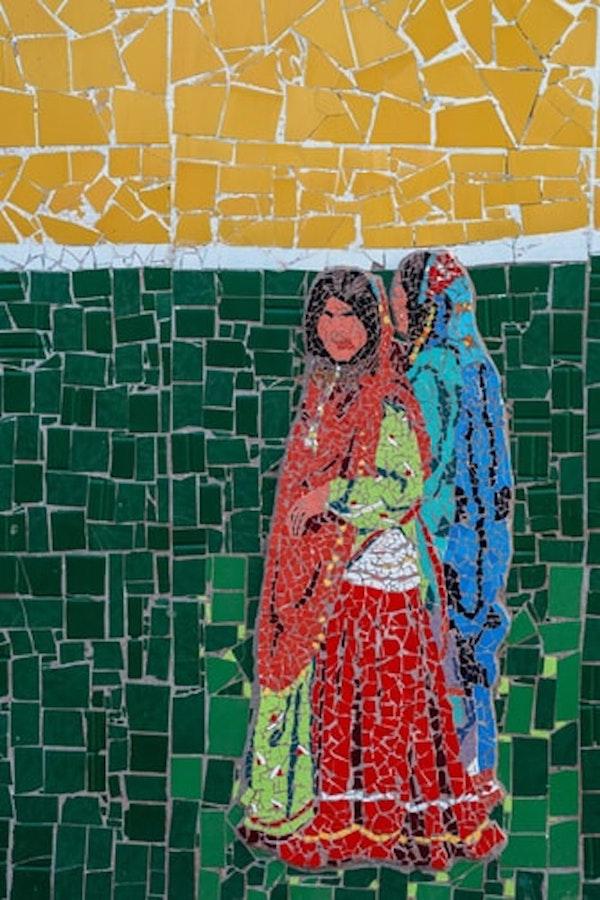 mosaïque fait maison deux femmes aux châles en rouge et bleu sur fond jaune et vert