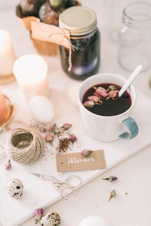 projets DIY de la corde une tasse un bocal des ciseaux des fleurs séchées